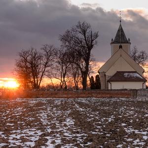 Za kostolom...