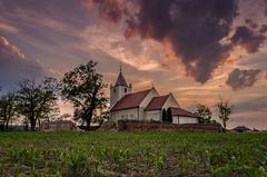 Za kostolom