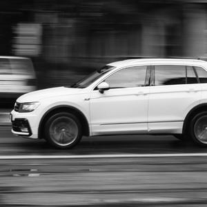 VW v meste na ceste