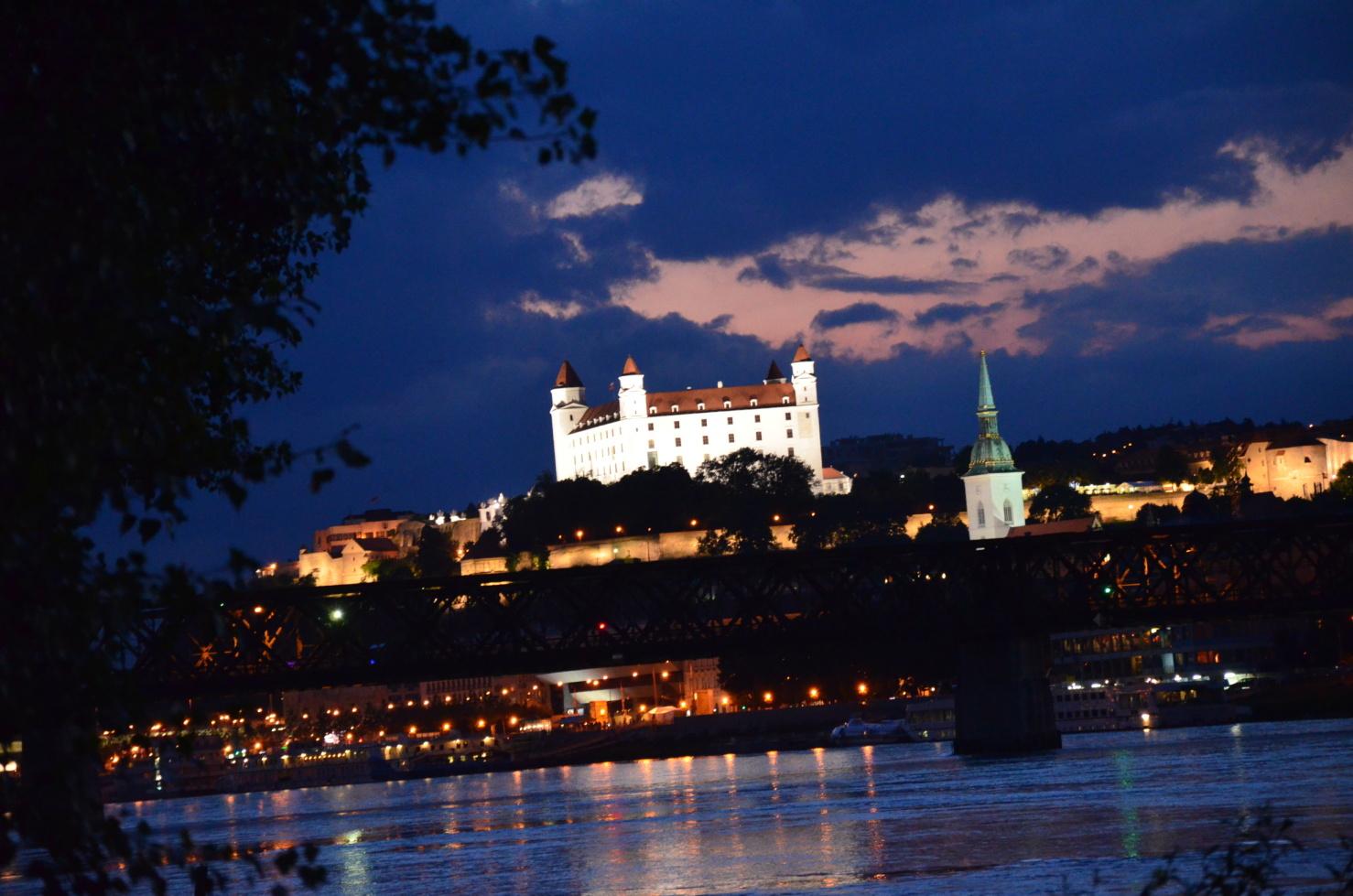 Bratislavský hrad z brehu