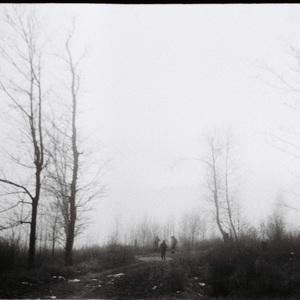ľudia v hmle