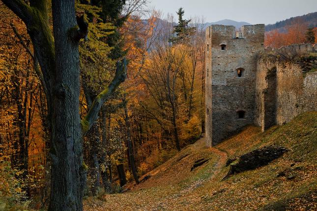Hrad Zborov v jesenných svetlách
