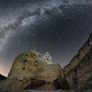 Noc pri hrade