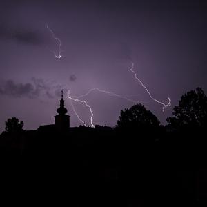 Jasenová v búrke