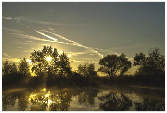 Svitanie nad jazerom