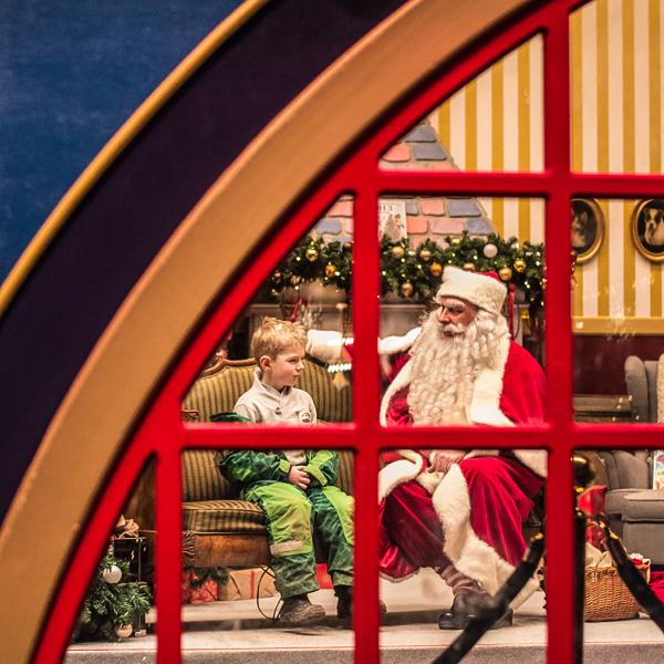 Pred oknom-za oknom sedí Mikuláš