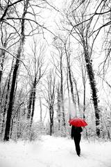 dáma s červeným dáždnikom
