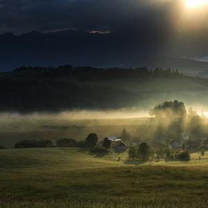 Dedinka v údolí.
