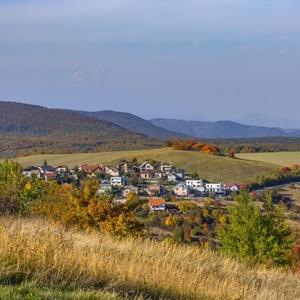 Dedinka v údoli
