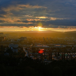 Západ slnka nad mestom