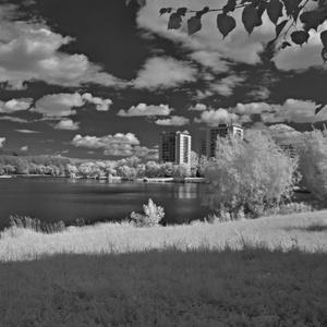 Oblaky nad jazerom