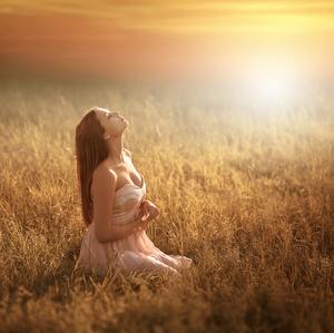 Západ slunce v trávě