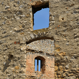 V oknách