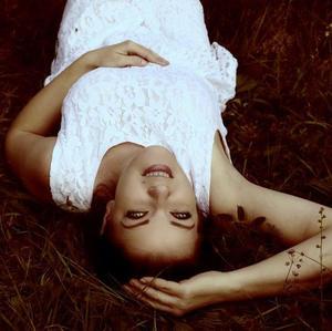 Leží v tráve