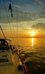 na plachetnici na sklonku dňa