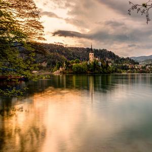 večer pri jazere