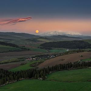 Mesiac zapadá