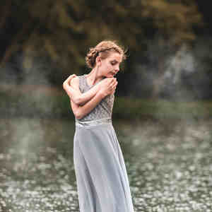 Zuzka a reflexie na vode