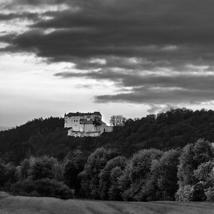 na hrade šetria...