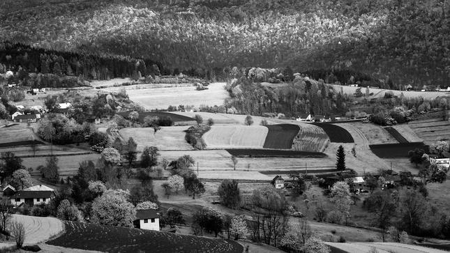 dedinka v údolí,malé domčeky...