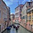 v Benátkach