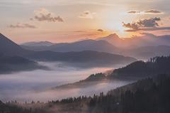 Hory sa kúpu v rannej hmle