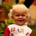Bloňdatý chlapček sa smeje...