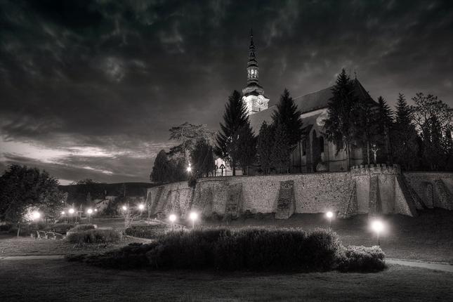 Večer pod kostolom