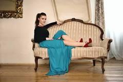 Sediaca dáma v modrom