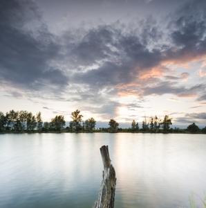 Súmrak na jazere