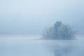 Ostrov v hmle.