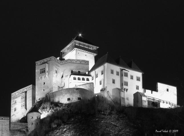 noc pod hradom