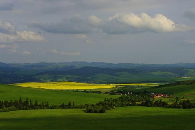 Dedinka v údolí...