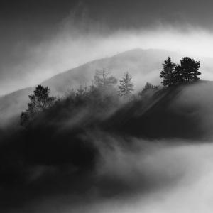Obklopený hmlou