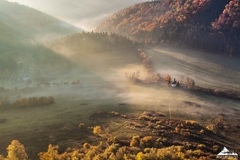 * Kaplnka v jesennom údolí *