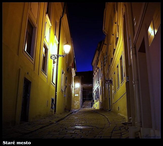 V nočnych uličkách...