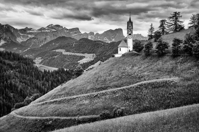 Na úbočí kostol stojí