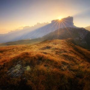 Keď slnko spoza kopca vykukne