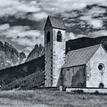 Clovek, kaplnka a hory...