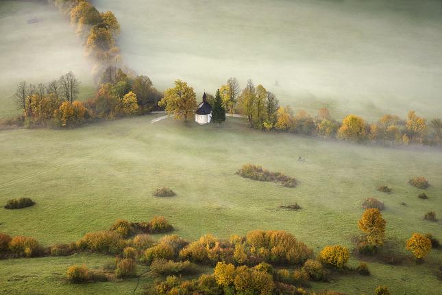 Kaplnka v údolí