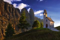 Pod kopcami kaplnka stoji...