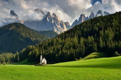 Pod kopcami kostolík stojí