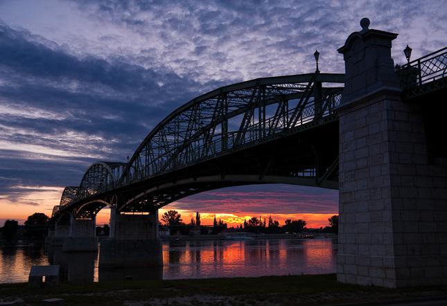 západ pod mostom