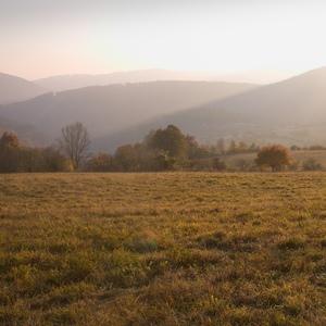 Jesenný podvečer za dedinou.
