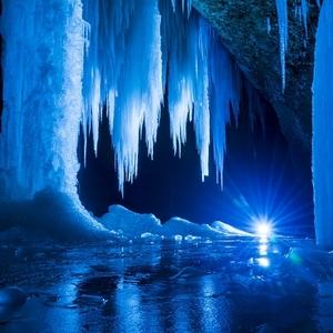 Šikľava skala v ľadovej kráse.