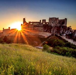Západ slnka na hrade Beckov