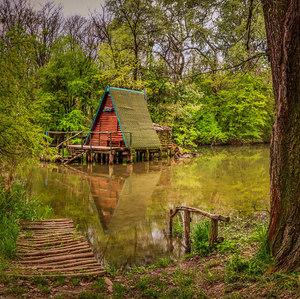 Chata nad vodou na jar