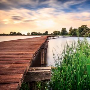 Drevený most cez rybník
