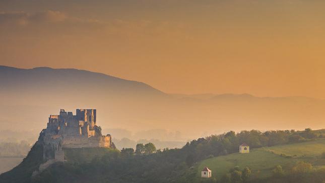 Beckovský hrad na svitaní II.