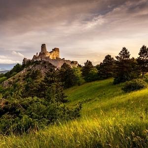 Svitanie na Čachtickom hrade